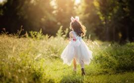 Menina feliz, correr, grama verde, sol, verão