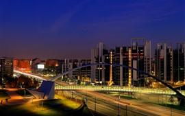 Italia, Milán, noche de la ciudad, edificios, camino, puente, luces