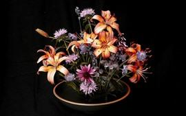 Flores de lírio, vaso, fundo preto
