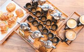 Много чашек, кофе, хлеб
