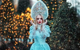 Chica modelo, falda azul princesa, cubierto de nieve