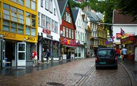 Noruega, rua da cidade, casas, bandeiras