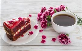Una rebanada de pastel, tiramisú, café, flores rosadas