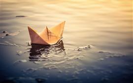 Бумажная лодка, лужа