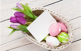Фиолетовые тюльпаны, красочные яйца, корзина, Пасха