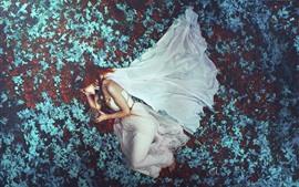 Aperçu fond d'écran Cheveux roux fille, jupe blanche, sommeil, feuilles, photographie d'art