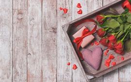 Rosas rojas, regalos, corazón de amor, caja