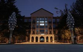 Escuela, edificio de enseñanza, noche, iluminación