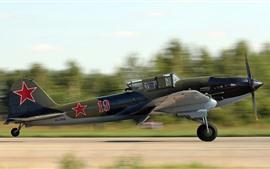 Советский ударный самолет взлетает