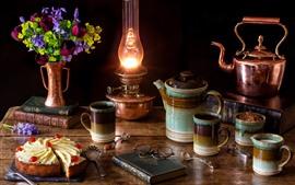 Naturaleza muerta, lámpara, pastel, tazas, hervidor de agua, vasos