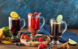 Три чашки соков, клубника, черника, яблоко