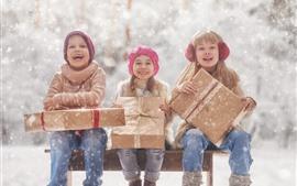 Aperçu fond d'écran Trois petites filles, enfants, neige, cadeau, hiver