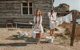 兩個女孩,白色的裙子,狗,陽光