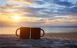 Две красные чашки, море, закат, облака