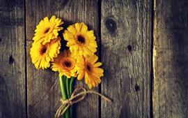 Желтые цветы, гербера, деревянная доска
