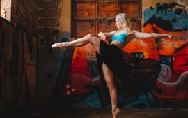 Bailarina, menina loira dançando, pés, parede de graffiti