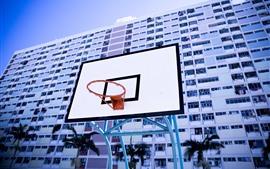 Red de baloncesto, tablero, edificios.