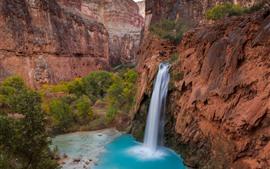 Bela cachoeira, lagoa, rochas, penhasco