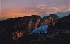 Fille blonde, jupe bleue, vue arrière, sommet de la montagne