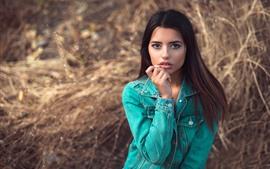 Chica de cabello castaño, chaqueta