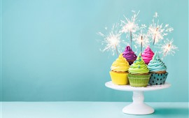 Vorschau des Hintergrundbilder Bunte kleine Kuchen, Sahne, Feuerwerke, Funken, Geburtstag