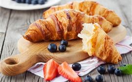 Croissant, pão, mirtilo, morango