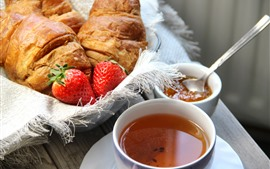 Croissant, chá, morango
