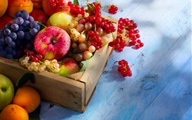 Deliciosas frutas, manzanas, uvas, grosellas, melocotones.