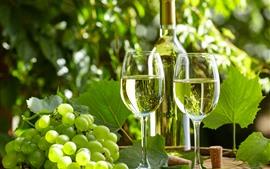 Uvas verdes, vinho, garrafa, copos de vidro, sol