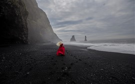 Menina loira saia vermelha, vista traseira, mar, praia