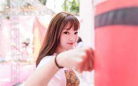 Sorria menina asiática, boxe