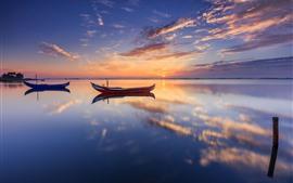 Dois barcos, lago, reflexão água, pôr do sol