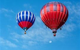 Aperçu fond d'écran Deux, montgolfière, ciel bleu, nuages