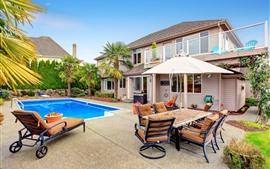 Villa, piscina, tumbonas, palmeras.