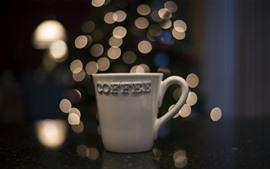 Taza de café blanco, círculos de luz.