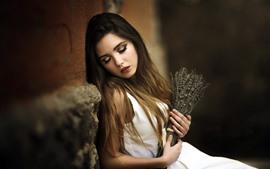 Белая юбка девушка, каштановые волосы, лаванда