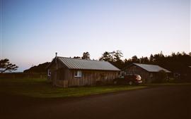 Casas de madeira, carro, estrada, crepúsculo