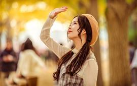 Menina asiática, cabelos longos, tranças, mão, obscuro