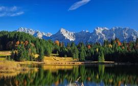 Hermoso paisaje natural, montañas, bosque, lago, reflejo de agua.