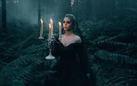 Garota de saia preta na floresta, velas, chama