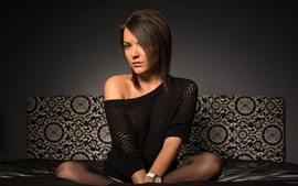 壁紙のプレビュー 黒いセーターの女の子、ベッド