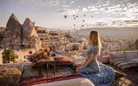 Menina loira, telhado, travesseiro, mesa, frutas, chá