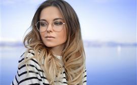 Menina loira, óculos, lago