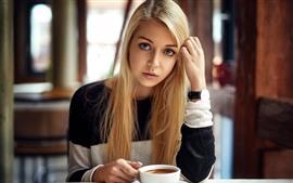 Regard de fille blonde, café