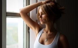 Menina loira, lado da janela