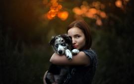Pelo marrón niña y perro