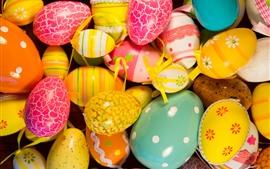 Красочные пасхальные яйца, окрашенные