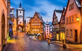 Alemania, Rothenburg, ciudad medieval, tarde, luces, nieve, invierno