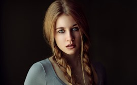 Garota loira de olhos verdes, tranças