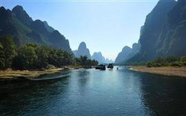 广西桂林阳朔,自然风光秀丽,群山,河流,小船